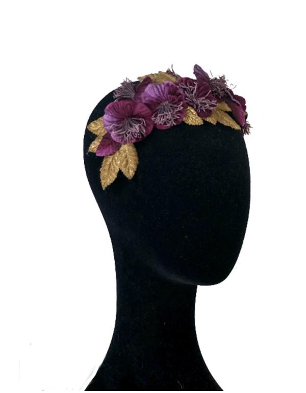 Velvet headband with eggplant flowers and golden at INVITADISIMA