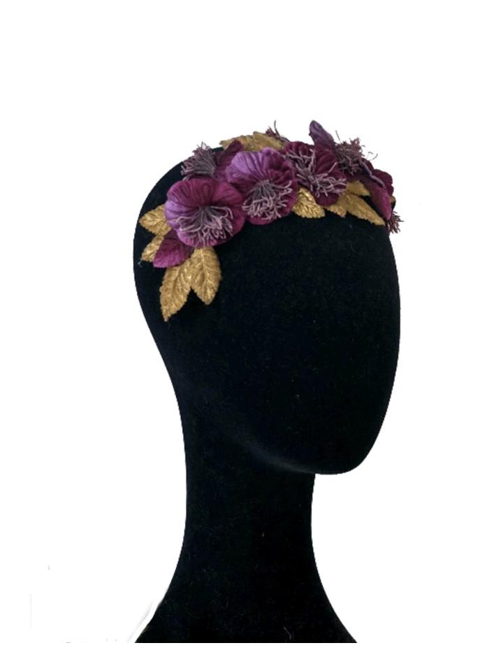 Diadema de terciopelo con flores berenjena y dorado de Lamatte