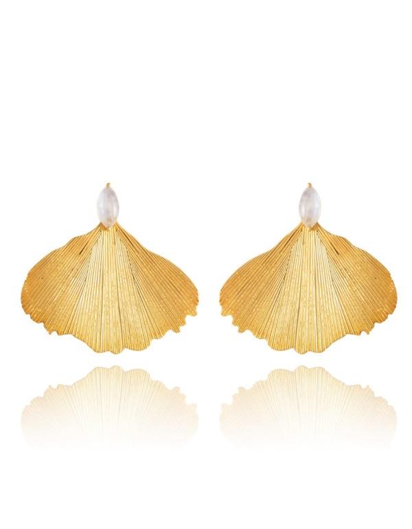 Pendientes de fiesta largos con forma de hoja dorada y piedra blanca de Lavani.