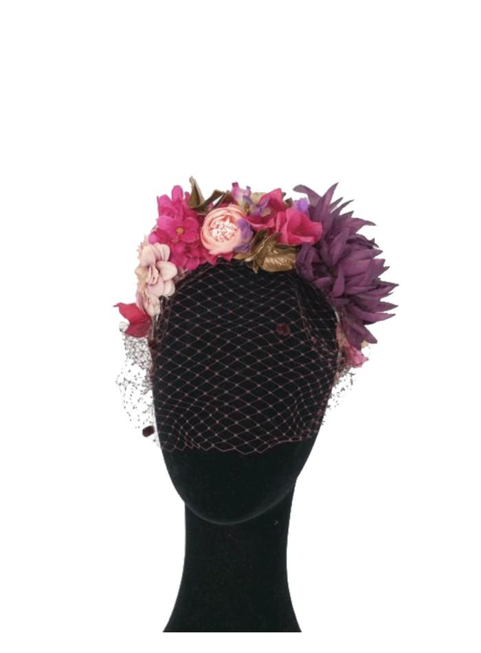 Corona de flores de colores y texturas con velo morado de Lamatte