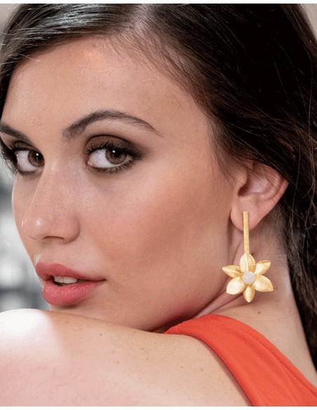 Long golden earrings in the shape of a flower - wedding guest