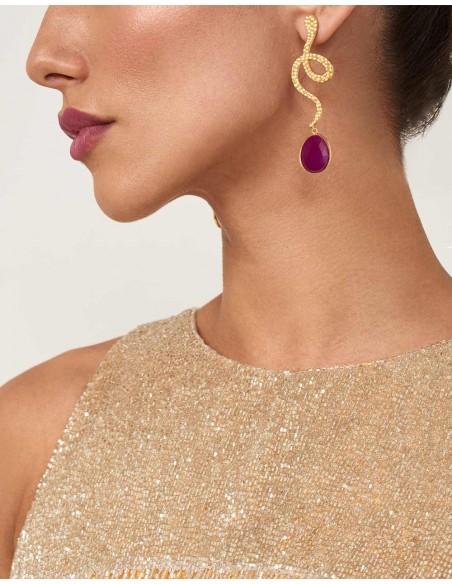 Pendientes de fiesta largos detalle de rubí de Lavani para invitadas a bodas y eventos