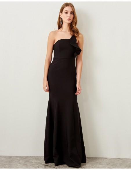 Vestido de fiesta largo negro con detalle de volante, escote palabra de honor de Lauren Lynn London para INVITADISIMA.