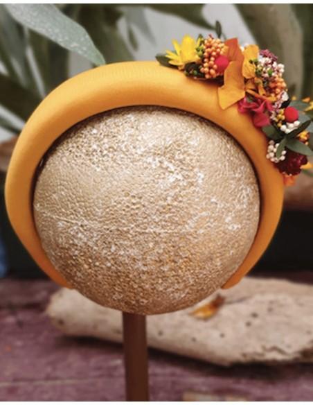 Diadema acolchada mostaza con flores preservadas para invitadas a eventos