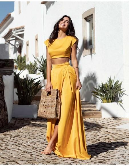 Conjunto de dos piezas compuesto por falda larga con abertura y crop-to invitada perfecta