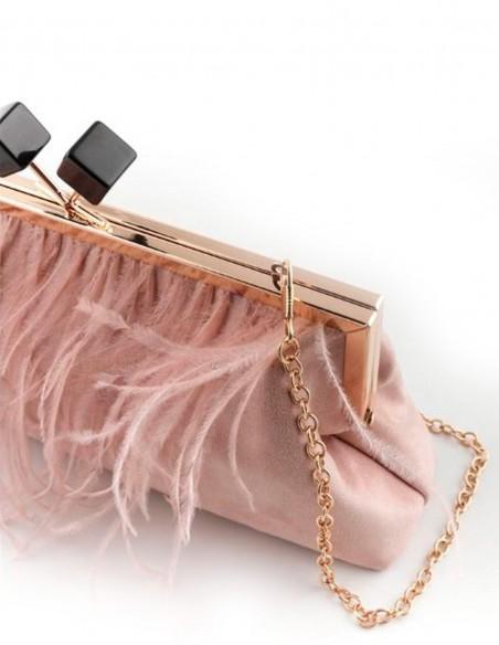 Bolso de fiesta efecto antelina y plumas en la parte frontal de color rosa palo para invitadas a bodas y eventos