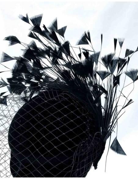 Diadema negra de satén con velo y plumas para la invitada perfecta