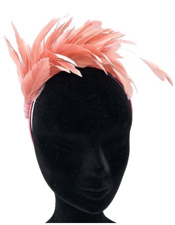 Diadema rosa de satén con plumas naturales de Belen Antelo