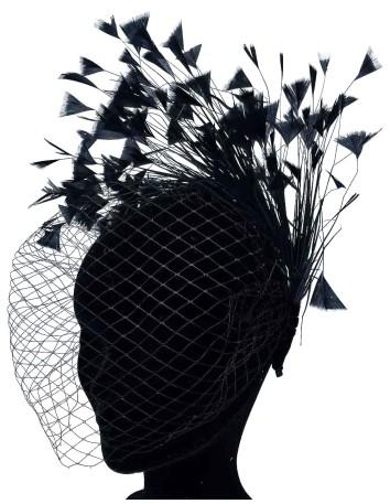 Diadema negra de satén con velo y plumas naturales de Belén Antelo