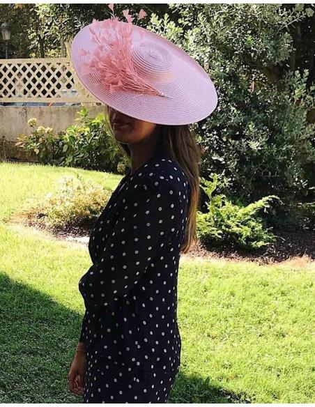 Pamela rosa con plumas complemento perfecto de cualquier evento