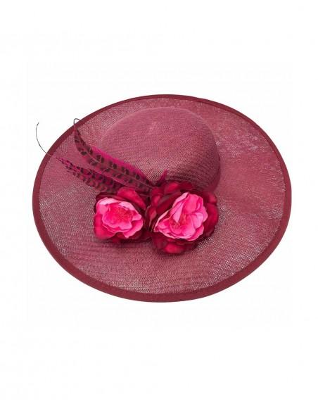 Canotier granate con flores de tela y plumas de faisán de Belén Antelo