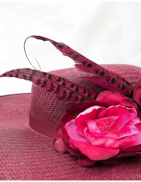 Canotier granate con flores de tela y plumas de faisán para bodas