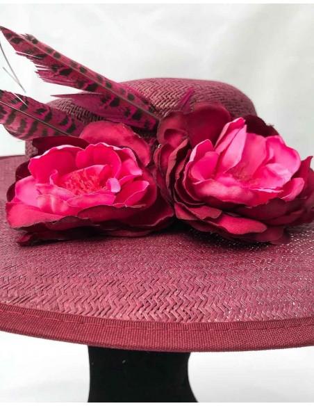 Canotier granate con flores de tela y plumas de faisán para fiestas