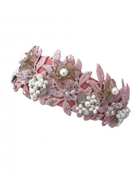 Diadema de satén rosa con encaje y piedras naturales de Belén Antelo