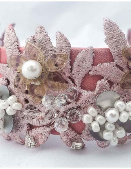 Diadema de satén rosa con encaje y piedras naturales para invitadas