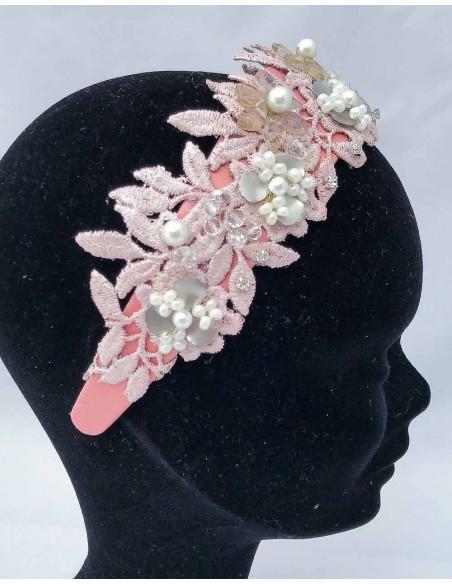 Diadema de satén rosa con encaje y piedras naturales perfecta con vestidos coctel