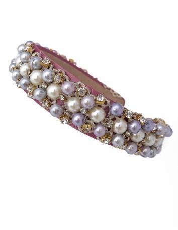 Diadema de satén rosa palo con encaje, perlas y piedras de Belén Antelo