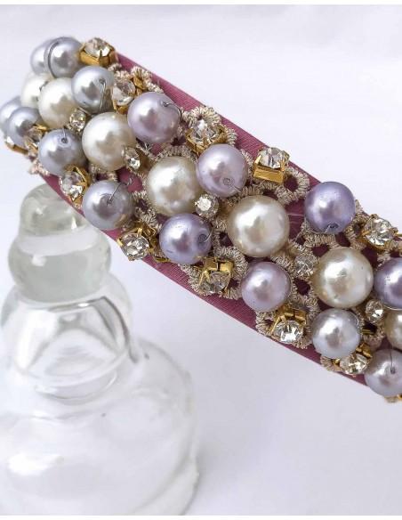 Diadema de satén rosa palo con encaje, perlas y piedras para bodas de día