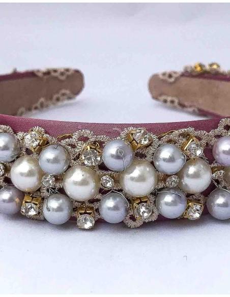 Diadema de satén on encaje, perlas y piedras para fiestas
