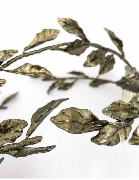 Corona de hojas de porcelana para invitadas