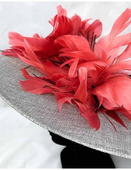 Pamela en gris plata con plumas coral para boda