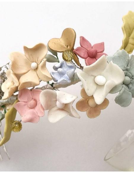 Semicorona flores de porcelana para la invitada perfecta