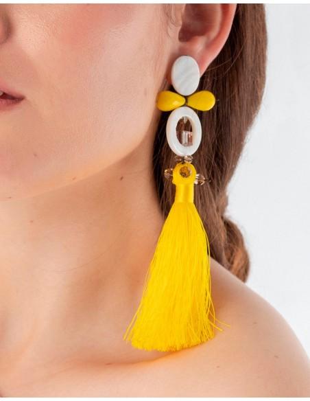 Pendientes largos amarillos con pompón de flecos y cristales  para invitadas