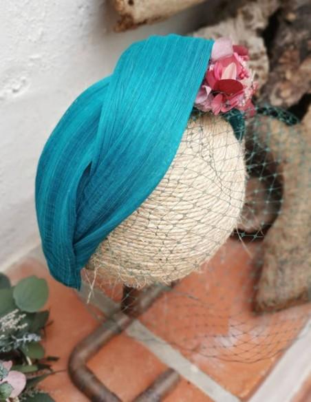 Diadema turquesa con flores preservadas para invitada perfecta
