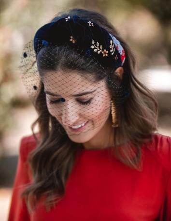 Diadema de terciopelo combinada con estampado textil de Cala by Lilian