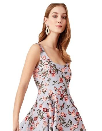 Vestido de cóctel de flores con falda asimétrica para invitadas a bodas y eventos