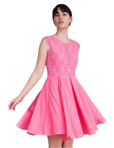 Vestido de cóctel con cuerpo de encaje  en color rosa millennial.