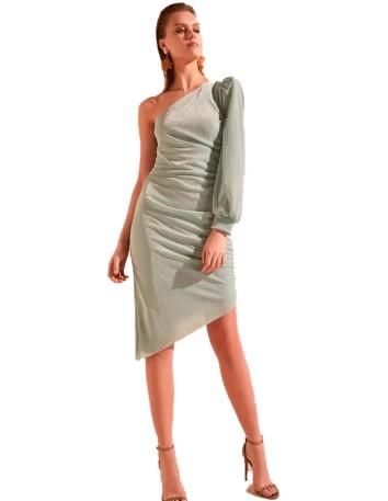 Vestido de con escote asiético y una sola manga realizado en una preciosa tela brillante de primera calidad.