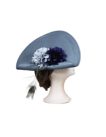 Tocado azul con dalias y pluma de avestruz de Luisa Monzón