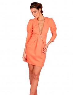 Vestido de cóctel mandarina con manga ochentera y hebilla de pedrería
