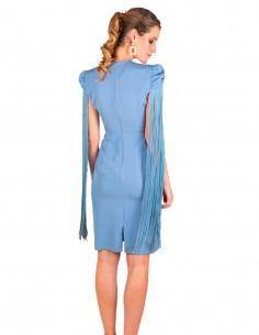 Vestido de cóctel azul con flecos y escote en lagrima