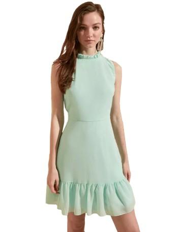 Vestido de cóctel con escote cerrado y falda de vuelo