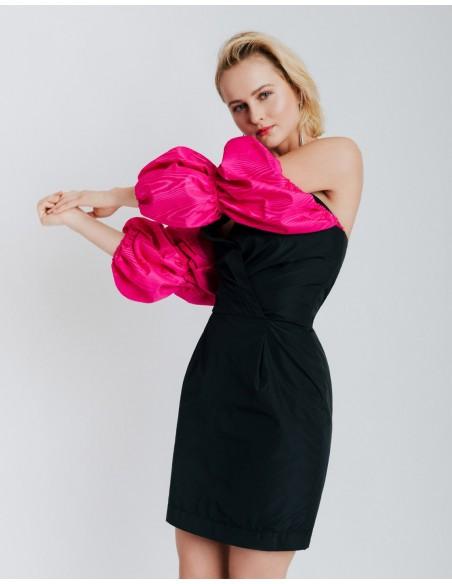 Vestido de fiesta negro con mangas abullonadas fucsias para invitadas
