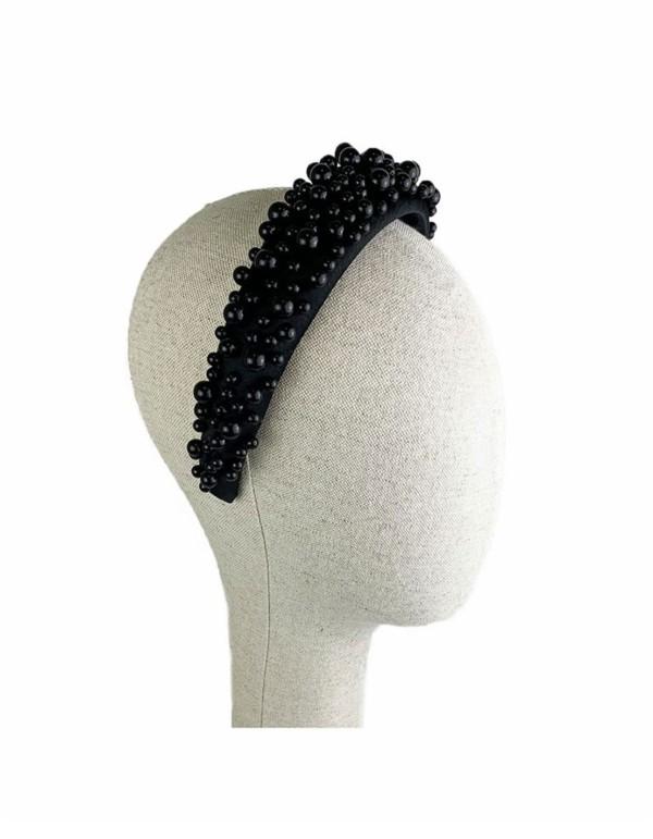 Diadema de invitada decorada con perlas negras