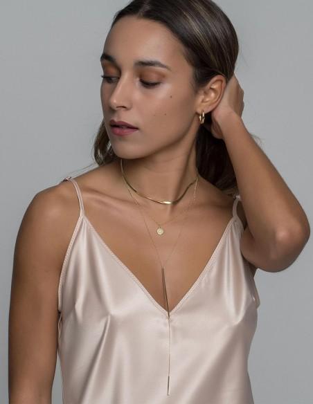 Gold necklace at INVITADISIMA