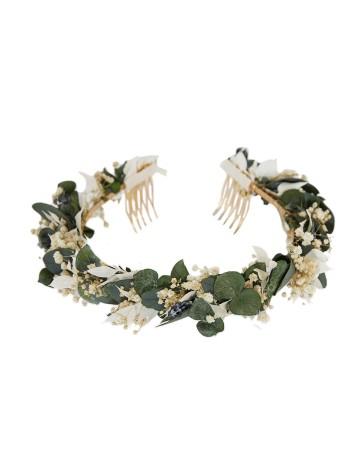 Corona de base de follaje de eucalipto y pequeñas flores en INVITADISIMA