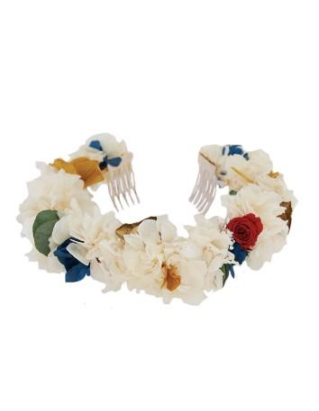 Corona de flores de hortensia y pequeñas rosas en INVITADISIMA.