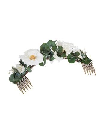 Peineta de invitada con base de eucalipto y delicadas rosas en INVITADISIMA