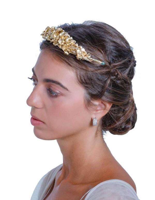 Tiara clásica dorada con flores de resina de Margarita Sangiovanni