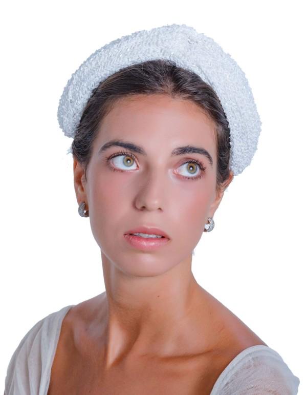 Tocado de novia blanco con pedrería de Margarita Sangiovanni