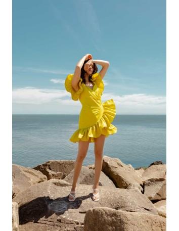 Vestido corto de fiesta amarillo con volantes y manga ángel en INVITADISIMA
