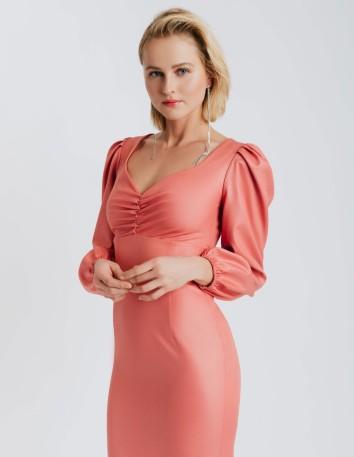 Vestido cóctel rosa ceñido con manga larga abullonada