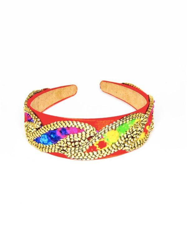 Red satin headband with gold applications and fluorine shades at INVITADISIMA