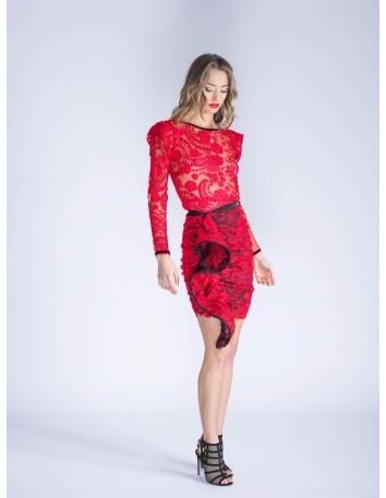 Falda corta roja de encaje con terciopelo negro de LAHIVE