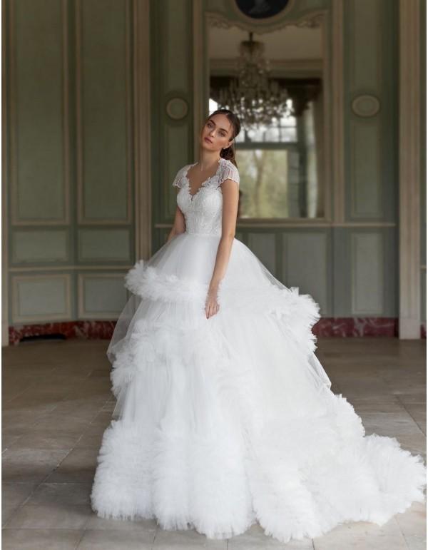 Vestido de novia con cuerpo de pedrería y falda pomposa de Pollardi