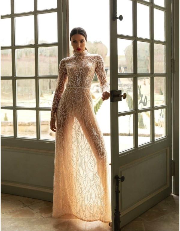 Vestido de novia con bordado de pedrería y manga larga de Pollardi
